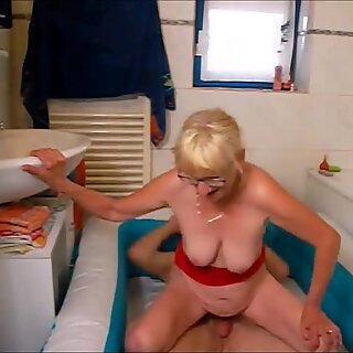 NICE WOMEN IN THE BATH. Bea.