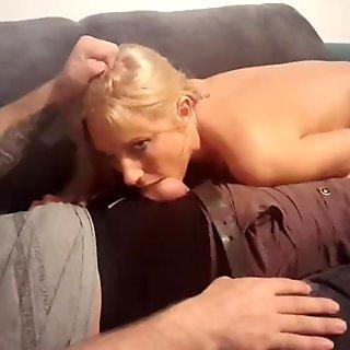 Pelacur seksi memberi ulah murahan di sofa