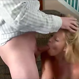 woman middle-aged in oral lesson in domicile