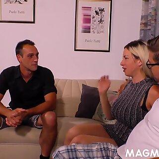 Saksalainen isot tissit blondi perseestä mukaan kaksi miestä