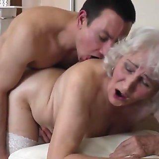 Γιαγιάλα με τριχωτή κούνε που έχει σεξουαλική επαφή με το αγόρι