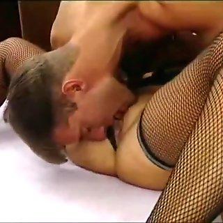 Φανταστικό μαύρο μαλλιά μιλφ σε δίχτυοτο κάλτσες καρφωμένο