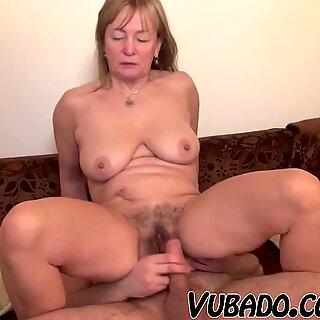 Nuori mies nauttii vanha Mummo!