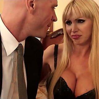 Nikki Benz horny untuk penis besar Johnny Sins di dalam dirinya