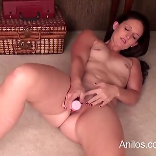 amateur cougar with big backside makes herself cum