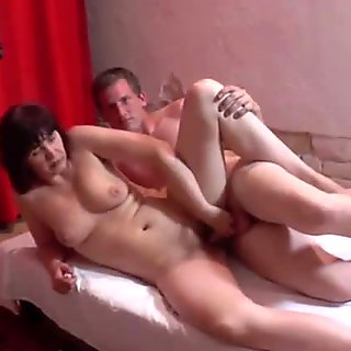 Shy MILF spreads her legs at her first casting ever